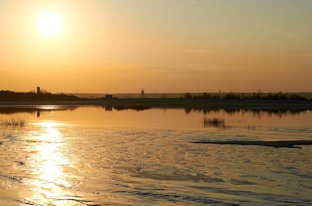 Brudna woda i nieczystości z zakładu odprowadzane są do jeziora.