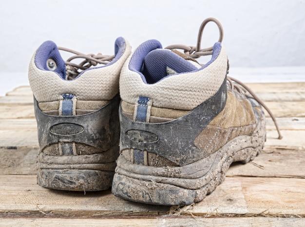 Brudne buty turystyczne