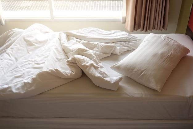 Brudne łóżko