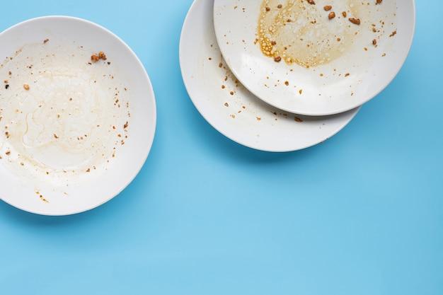 Brudne naczynia na niebieskiej ścianie