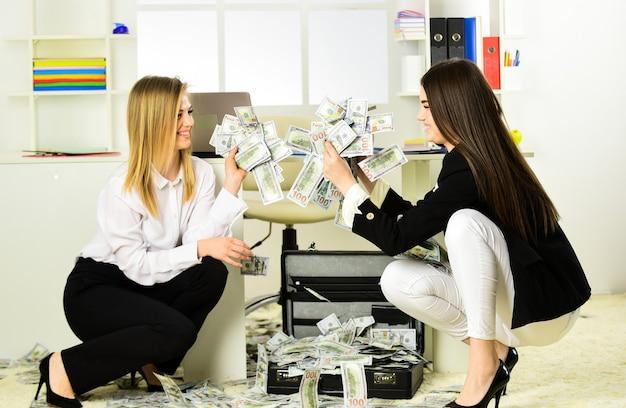 Brudne pieniądze. kobiety odnoszą sukces w biznesie. udane przedsiębiorstwa z przypadku. internetowe zarobki fałszywych pieniędzy. łapówki i pranie brudnych pieniędzy. gotówka w walucie dolara. bogactwo i bogactwo.
