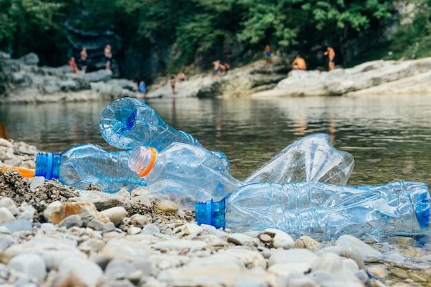 Brudne plastikowe butelki w wodzie