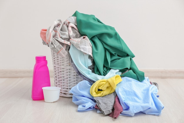 Brudne pranie na podłodze w pobliżu jasnej ściany