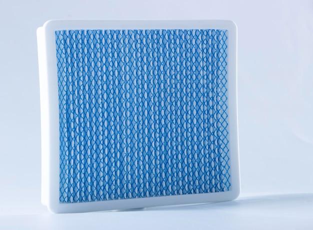 Brudny filtr przeciwpyłowy. filtr odkurzacza na białym tle
