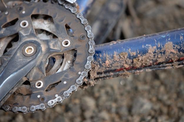 Brudny łańcuch rowerowy. część pedałów i ramy roweru jest brudna.