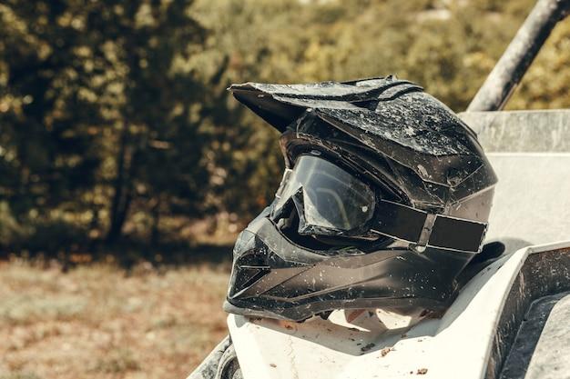 Brudny motocyklowy kask motocyklowy z goglami