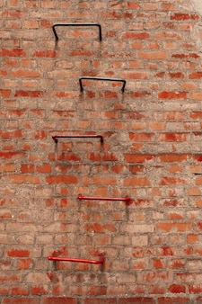 Brudny mur i drabina