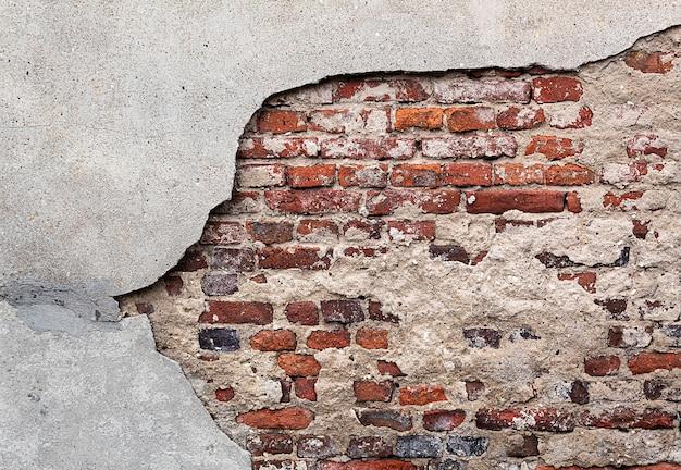Brudny mur z cegły, tynk szary, cegła czerwona, tło