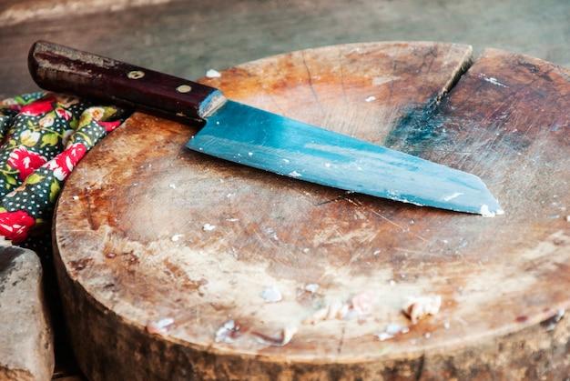 Brudny nóż