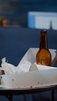 Brudny pusty salon osoby przygnębionej z rozrzuconym bałaganem żywnościowym zaburze...