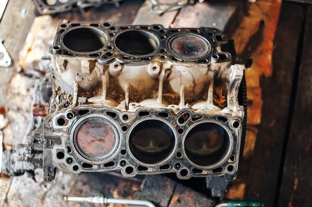 Brudny silnik w garażu