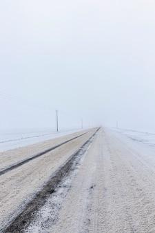 Brudny śnieg na drodze