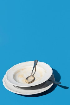 Brudny talerz z resztkami miejsca na kopię sosu