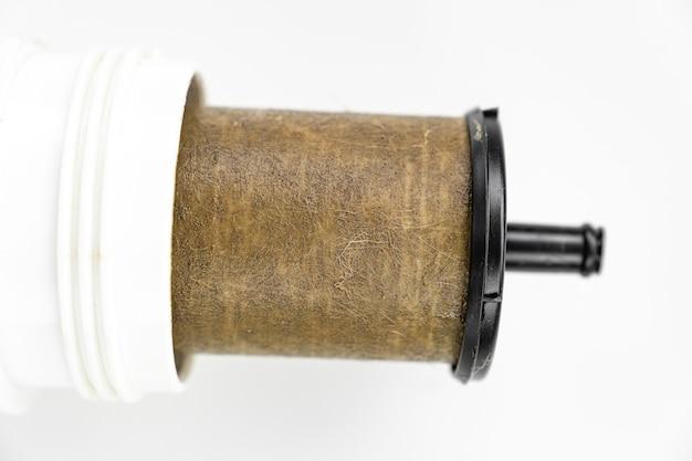 Brudny wkład filtra wody pitnej na białym tle