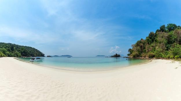 Bruer island, niesamowita wyspa z południa myanmaru. oszałamiający seascape z turkusową wodą i piasek plażą przeciw niebieskiemu niebu przy bruer wyspą. widok panoramiczny