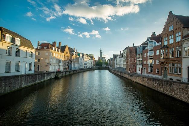 Brugia, belgia - 26 kwietnia 2017: dziedzictwo miasta brugia, budynek dla turystów odwiedzających i podróżuje w belgii.