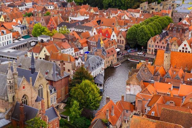 Brugia, flandria, belgia, europa - 1 października 2019. jesienna sceneria średniowiecznego miasta światowego dziedzictwa, brugia (brugge) z lotu ptaka wieży dzwonnicy
