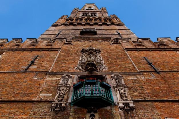Brugia, flandria, belgia, europa - 1 października 2019 r. szczegóły elewacji średniowiecznych starych domów z cegły na starożytnych ulicach w brugii (brugge) jesienią