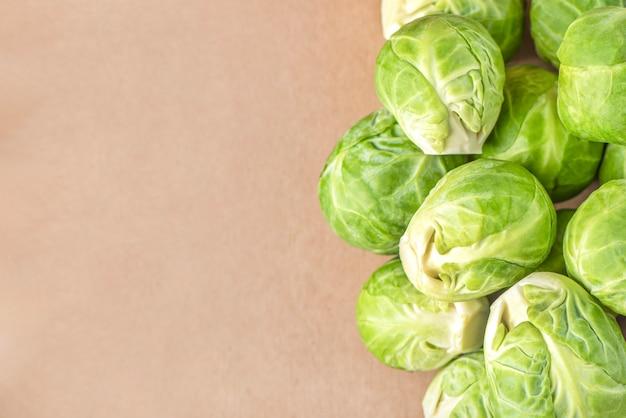 Brukselka na tle papieru opakowanie zbliżenie ekologiczne opakowanie warzyw z...