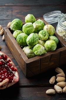 Brukselka z granatem, twarogiem i pistacjami na starym drewnianym stole