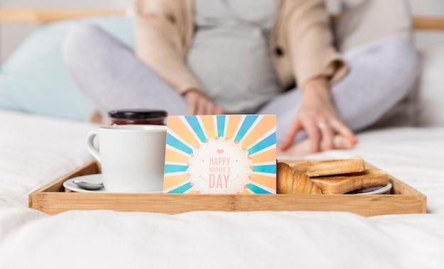 Brunch niespodzianka w łóżku dla kobiety w ciąży