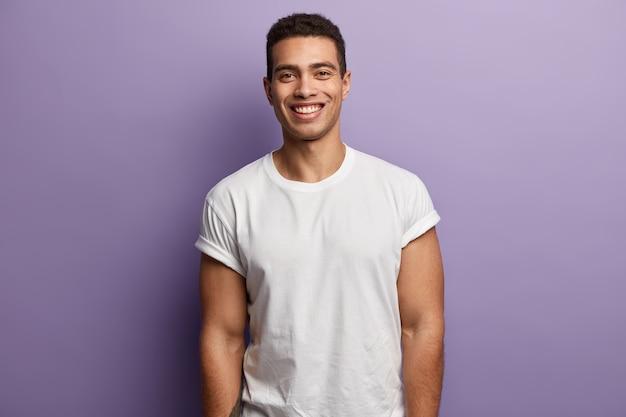 Brunet mężczyzna ubrany w białą koszulkę