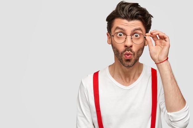 Brunet mężczyzna w okrągłych okularach i białej koszuli