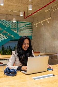 Brunetka biznesowa kobieta pracująca w swoim miejscu pracy