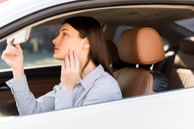 Brunetka bizneswoman wśrodku samochodu