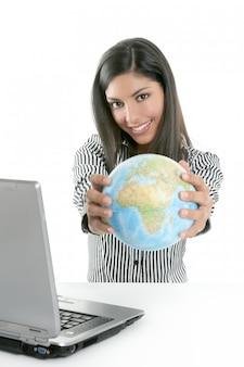 Brunetka bizneswoman z globalną mapą