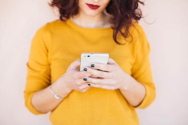 Brunetka blogerka za pomocą telefonu komórkowego