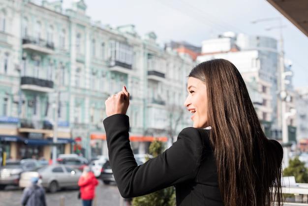 Brunetka businesswoman świętuje