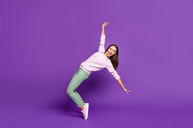 Brunetka Dama W Pastelowym Swetrze Pozuje Na Fioletowej ścianie Premium Zdjęcia