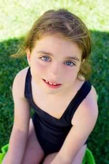 Brunetka dzieci dziewczynka uśmiechając się z kostium kąpielowy