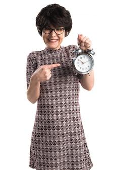 Brunetka dziewczynka gospodarstwa rocznika zegara