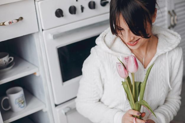 Brunetka dziewczynka z różowe kwiaty