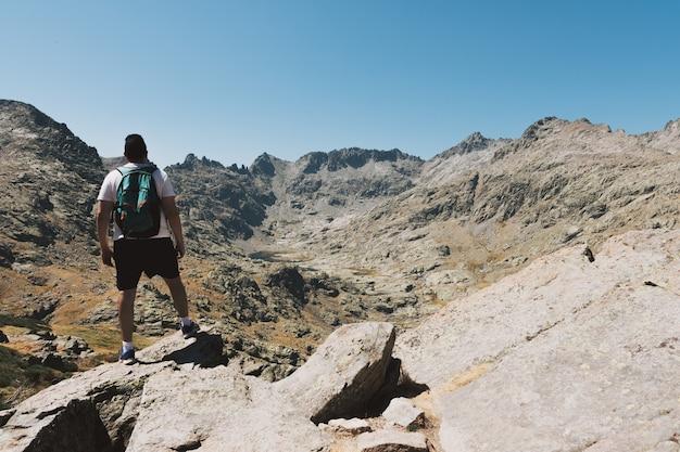 Brunetka facet patrząc na góry. trasa piesza.