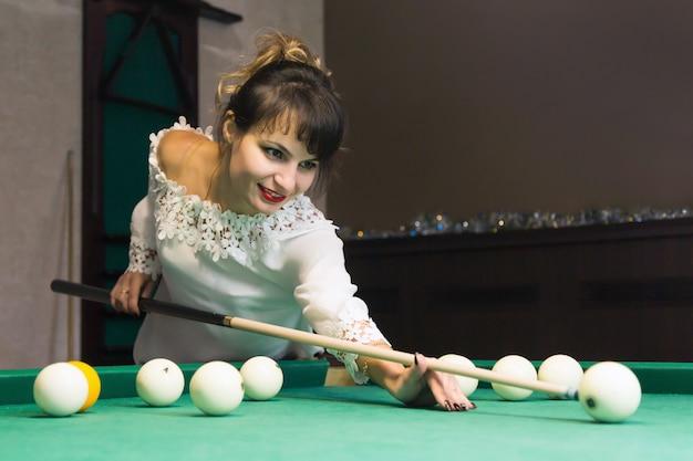 Brunetka kobieta gra w bilard