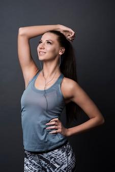 Brunetka kobieta nosi ubrania sportowe