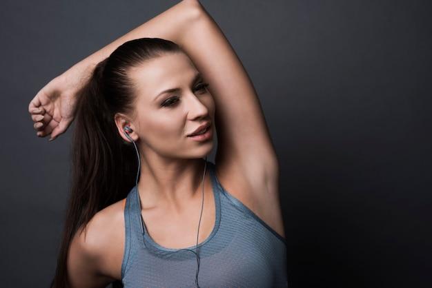 Brunetka Kobieta Nosi Ubrania Sportowe Darmowe Zdjęcia