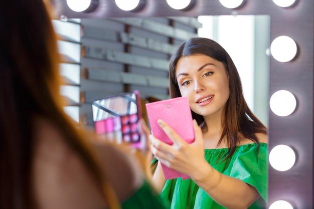 Brunetka kobieta stosowania makijaż na randkę wieczorem