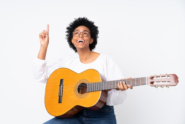 Brunetka kobieta z gitarą na białym tle