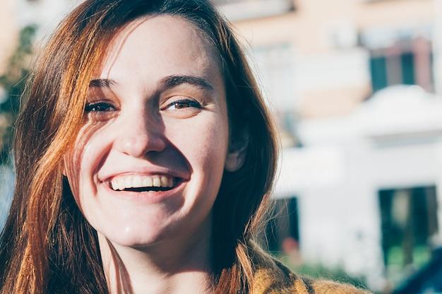 Brunetka, młoda kobieta uśmiecha się