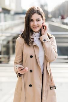 Brunetka modelka włączyła słuchawki bezprzewodowe podczas połączenia wideo