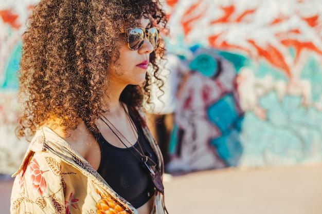 Brunetka nastoletnia dziewczyna stojąca na zewnątrz