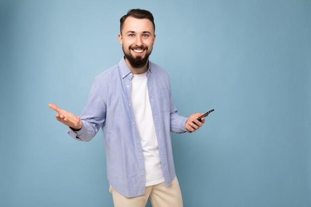 Brunetka nieogolony mężczyzna z brodą na sobie stylową białą koszulkę i niebieski