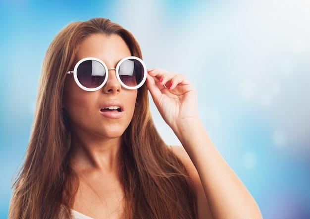 Brunetka okulary model tle portret