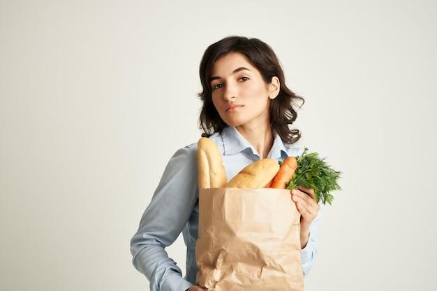 Brunetka opakowanie z supermarketem zdrowej żywności warzyw