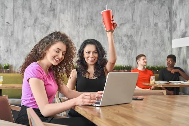 Brunetka podczas pracy z przyjacielem online