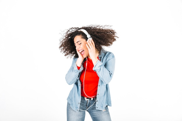 Brunetka słuchanie muzyki i drżenie głowy